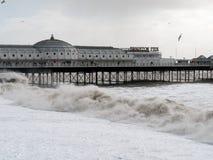 БРАЙТОН, SUSSEX/UK - 15-ОЕ ФЕВРАЛЯ: Брайтон после шторма внутри Стоковое фото RF