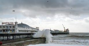 БРАЙТОН, SUSSEX/UK - 15-ОЕ ФЕВРАЛЯ: Брайтон после шторма внутри Стоковое Изображение RF