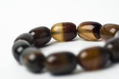 Браслет сделанный естественных камней на белой предпосылке Стоковые Фото