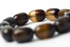 Браслет сделанный естественных камней на белой предпосылке Стоковые Фотографии RF