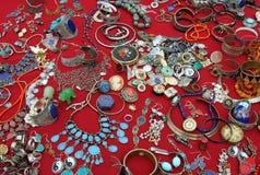 Браслеты ожерелиь и драгоценные драгоценности винтажные на метке блохи Стоковая Фотография RF