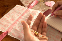 Браслет жемчуга, писать письмо на валентинках Стоковые Изображения