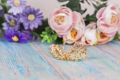 Браслет золота с сердцем на древесине цвета Стоковое Фото