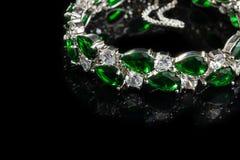 Браслет при зеленые камни изолированные на черноте, конце-вверх Стоковое фото RF