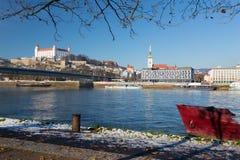 Братислава - берег реки в зиме с замком и собором на заднем плане Стоковая Фотография RF