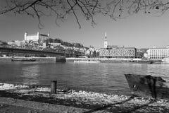 Братислава - берег реки в зиме с замком и собором на заднем плане Стоковое Изображение