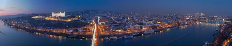 БРАТИСЛАВА, СЛОВАКИЯ, 1 -ГО ДЕКАБРЬ -, 2017: Панорамный горизонт города от моста SNP на сумраке Стоковое фото RF