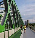 БРАТИСЛАВА, СЛОВАКИЯ - 20-ОЕ МАЯ 2016: Взгляд от моста Братиславы нового старого (Stary больше всего) стоковое изображение