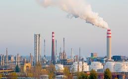 Братислава - нефтеперерабатывающее предприятие Slovnaft в Словакии в свете вечера Стоковая Фотография RF