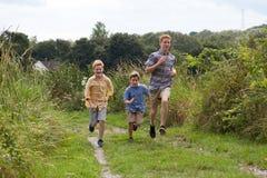 Братья бежать в поле Стоковые Изображения