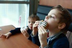 Братья есть donuts Стоковые Фото