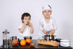 Братья делая торт в кухне Стоковое Изображение