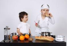 Братья делая торт в кухне Стоковое Фото