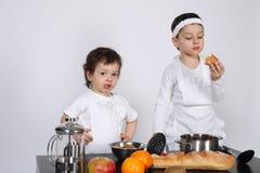 Братья делая торт в кухне Стоковые Фото