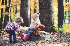 Братья заботят для одина другого Портрет брата чувствуя заботить и любовь, друзья стоковая фотография