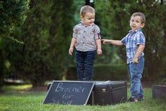 Братья играя смешные игры в парке Стоковые Изображения