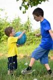 Братья играя шарик Стоковое фото RF