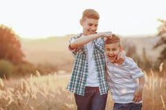 Братья имея потеху в поле Стоковое Изображение