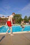 Братья имея потеху на бассейне Стоковая Фотография