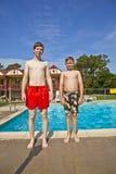 Братья имея потеху на бассейне Стоковые Фотографии RF