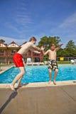 Братья имея потеху на бассейне Стоковое фото RF