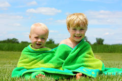 Братья обернутые в пляжном полотенце Стоковое фото RF