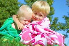 Братья обнимая в пляжных полотенцах Стоковое Изображение RF