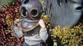 1959: Братья пробуя на старом шлеме подводных водолазов florida miami сток-видео