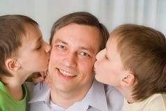 Братья совместно целуя отца Стоковые Изображения