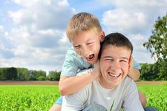 братья счастливые стоковое фото rf