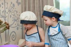 2 брать варя в кухне Стоковая Фотография