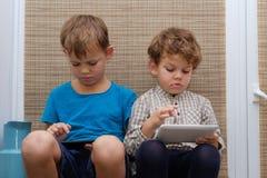 2 брать, времена 4 и 7 игры игры на smartphone и таблетке Стоковое Фото