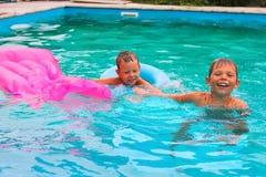 2 брать в бассейне стоковое изображение