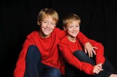 2 брать в красной рубашке на черной предпосылке Стоковое Фото