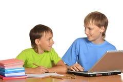 2 брать делая домашнюю работу Стоковое Изображение RF