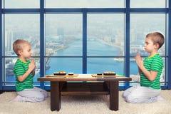 2 брать едят крены суш дома стоковое изображение rf