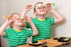 2 брать едят крены суш дома стоковое изображение