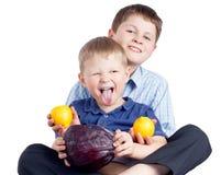 2 брать есть овощ и лимоны Стоковые Изображения RF