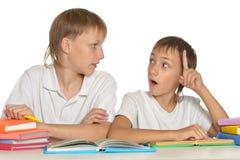 2 брать делая домашнюю работу Стоковые Фото