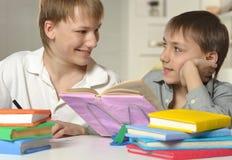 2 брать делая домашнюю работу Стоковое Изображение