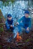 2 брать жаря в духовке зефиры на лагерном костере Стоковые Фото