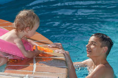 2 брать играя в бассейне Стоковые Изображения RF
