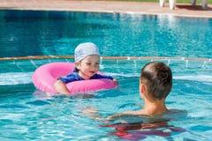 2 брать играя в бассейне Стоковые Изображения