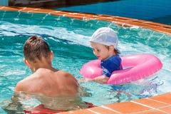 2 брать играя в бассейне Стоковое Изображение RF