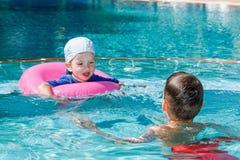 2 брать играя в бассейне Стоковое фото RF