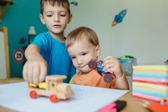 2 брать играя с автомобилями игрушки Стоковое фото RF