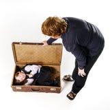 2 брать играя с ретро чемоданом Стоковые Фотографии RF