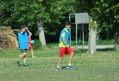 2 брать играя футбол с синим пиджаком Стоковое Изображение