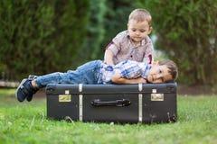 2 брать играя outdoors Стоковая Фотография