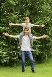 2 брать имеют потеху в парке - временя Стоковые Фотографии RF